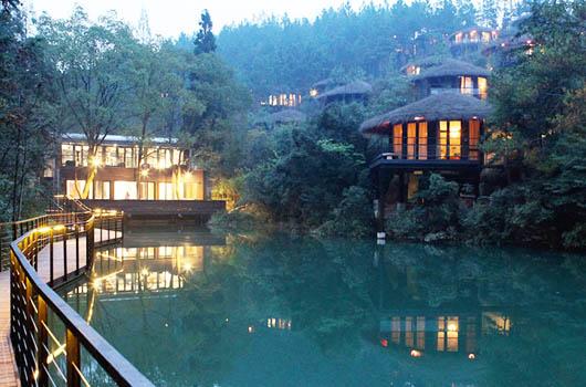 裸心谷内建筑均为树顶别墅和夯土